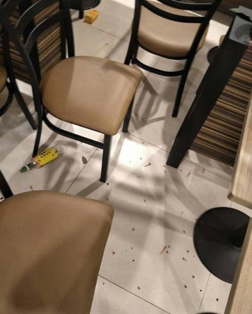 比鬼還可怕!國中生遭控大鬧超商 嘴噴珍珠轟炸用餐區圖/翻攝自爆料公社臉書