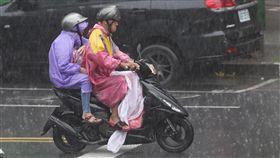 對流旺盛加西南風 午後瞬間大雨西南風及對流旺盛,中央氣象局19日針對19縣市發布大雨特報,新北市午後瞬間大雨,機車騎士在雨中前進。中央社記者徐肇昌攝 107年8月19日