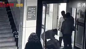 大陸,少年跪求醫師救救他病危的母親(圖/翻攝自《澎湃新聞》)