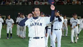 亞冠賽日本奪冠 總教練率隊員致意亞洲職棒冠軍爭霸賽決賽19日由日韓交手,日本成功把冠軍留下。賽後總教練稻葉篤紀(前)率隊到外野向球迷致意。中央社記者張新偉東京攝 106年11月19日