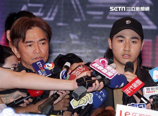 吳宗憲帶著兒子吳睿軒開記者會道歉,譴責吳睿軒愚蠢外還是無奈,要兒子退出影劇圈。(記者邱榮吉/攝影)