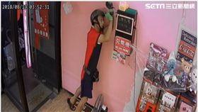 慣竊三度潛入士林區的娃娃機店竊取零錢(翻攝畫面)