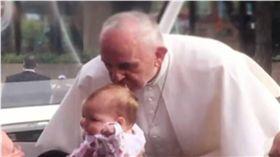 教宗親吻帶來奇蹟!3歲女童擊敗腦瘤 圖/翻攝YouTube