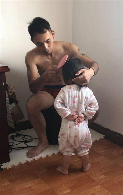 軍人爸爸幫梳頭,女兒呈稍息站姿。(圖/翻攝爆怨公社)
