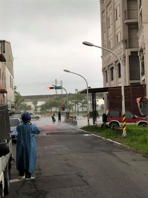 一場雨兩樣情,宜蘭日前下大雨,網友拍下有趣畫面。(圖/翻攝爆廢公社公開版)