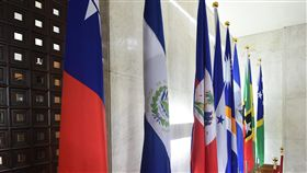 薩爾瓦多與我國斷交外交部長吳釗燮21日宣布,中華民國與中美洲邦交國薩爾瓦多斷交,目前中華民國邦交國已降到17個。圖為薩爾瓦多國旗(左2)仍置放在外交部內。中央社記者張皓安攝 107年8月21日
