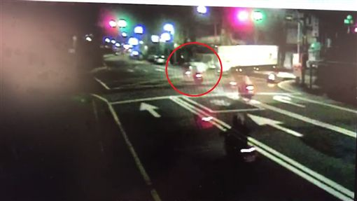 車禍,物流車,騎士,闖紅燈,基隆(翻攝畫面)