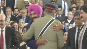 擁抱釀殺機!體壇傳奇慘遭懸賞50萬 印巴衝突,印度,巴基斯坦,擁抱,Navjot Singh Sidhu 翻攝自推特