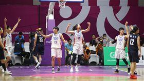 中華女籃亞運勝南北韓聯軍(1)2018年亞洲運動會在印尼的雅加達、巨港進行,中華女籃17日靠著彭詩晴拿下全場最高21分,率隊歷經延長賽以87比85險勝南北韓聯軍,拿下小組賽2連勝。賽後選手在場中慶祝。中央社記者張新偉雅加達攝 107年8月17日