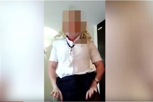 英國航空空姐販賣貼身衣物。(圖/翻攝自UK Mail YouTube)