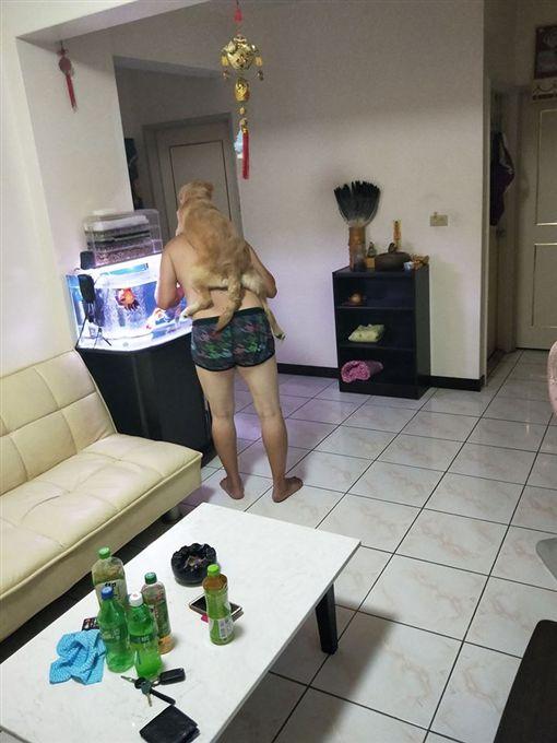1年前說狗很臭不要養的老爸,1年後超黏「女兒」。(圖/翻攝爆廢公社)