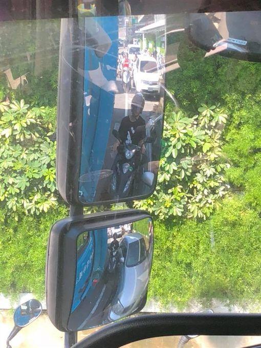 太危險了!一名機車騎士疑要躲太陽,直接「鑽縫」騎到大客車和一輛路邊停車的轎車中間,大客車駕駛看到後照鏡嚇傻,無奈地說「如果我沒發現,你已經在我輪胎底下」。其他網友看到後掀起熱議,直喊「不怕死的真多!」(圖/翻攝自《聯結車 大貨車 大客車 拉拉隊 運輸業 照片影片資訊分享團》臉書)