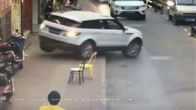 大陸安徽一名女駕駛日前開車誤入單行道,她一時心急,立刻下車查看路況,結果忘記拉手煞車,導致車子失控倒退,女駕駛慘被輾過,盆骨骨折受傷,所幸送醫治療後沒有生命危險。(圖/翻攝自YouTube《姜安峰》)