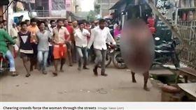 印度女遭處私刑! 暴民逼迫全裸遊街「狠踹踢飛她」(圖/翻攝自Mirror)