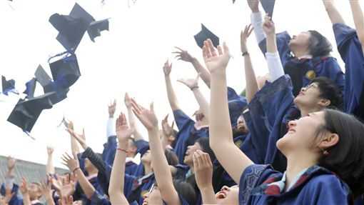 上海搶人才:北大清華大學畢業生可直接落戶中國大陸上海市8月推出新規,開放北京大學、北京清華大學畢業生在今年底以前可以直接申請落戶上海,不需要通過落戶評分制度。圖為北京大學畢業生。(中新社提供)中央社 107年8月7日