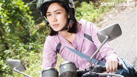 小薰苦練騎檔車,她表示已經盡力了。(圖/華映提供)