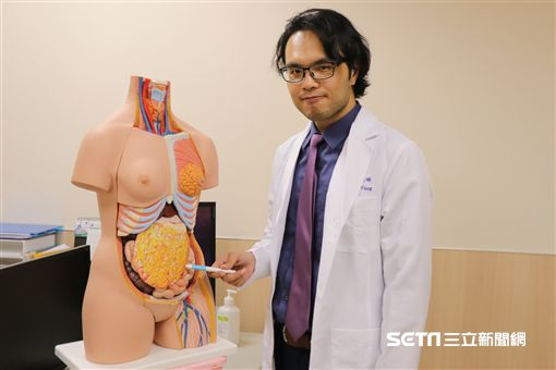 亞大醫院乳房外科主治醫師王銘嶼指出胃網膜自體脂肪瓣。(圖/亞洲大學附屬醫院提供)