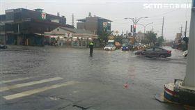 高雄大寮區鳳林二路、光明路口積水、淹水,圖/翻攝畫面