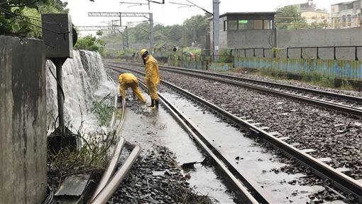 台鐵鳳山站水淹軌面 雙線暫時不通(圖/台鐵提供)
