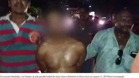 性侵女學生還給「墮胎藥」想了事 狼師被扒光光上街示眾!(圖/翻攝自Hindustan Times)