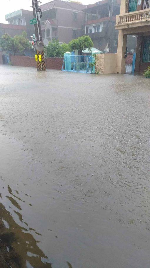 高雄豪雨成災(2)高雄市23日瞬間強降雨不斷,造成多處道路路面積水,交通打結。圖為小港區鳳鳴路大淹水。(民眾提供)中央社記者程啟峰高雄真  107年8月23日