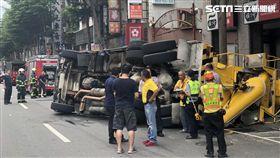 台北市萬華區水泥預拌車翻覆現場(楊忠翰攝)
