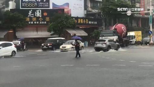 台南多處水淹腳踝 地下道3車受困封閉