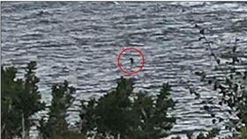 尼斯湖水怪再現?英國約克郡一名12歲女童羅賓遜(Charlotte Robinson),日前與家人到尼斯湖時,拍到一張疑似水怪的照片,她激動直喊「我相信尼斯湖水怪存在,牠的脖子及頭部呈鉤狀!」(圖/翻攝自每日郵報)