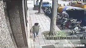台北市萬華區水泥預拌車翻覆監視器畫面曝光(翻攝畫面)