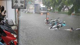 高雄豪雨成災  市區淹水(1)高雄市23日瞬間強降雨不斷,造成多處積水成災,路上有多部汽機車拋錨。圖為新興區民生路淹水情形。(警方提供)中央社記者程啟峰高雄傳真  107年8月23日