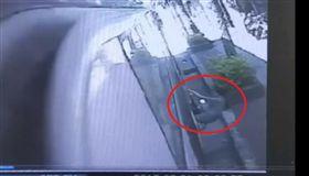 恐怖公車!八旬婦慘遭夾手拖行重摔 公車,拖行,611,台北,老婦 翻攝畫面