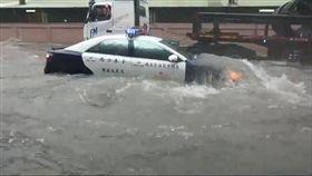 高雄,大雨,警車,淹水,救災((圖/警方提供)