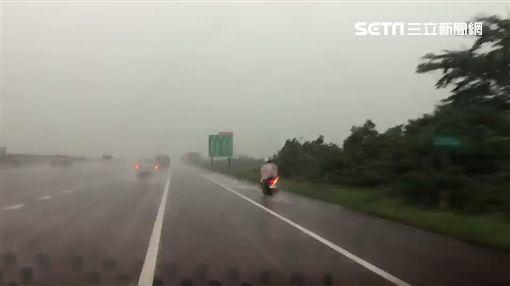 國道一號騎士誤闖國道 兩車護送他們下交流道/翻攝畫面