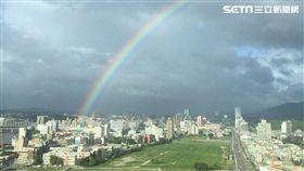 南台灣豪雨炸!台北竟高卦震撼「超大彩虹」(圖/民眾提供)