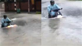 大雨,淹水,電動車,水陸兩用,摩托車(圖/翻攝自臉書爆料公社) https://www.facebook.com/groups/451357468329757/permalink/1707143276084497/