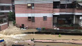 高雄豪雨狂灌…大樓圍牆倒塌畫面曝光!住戶:太可怕了 爆料公社