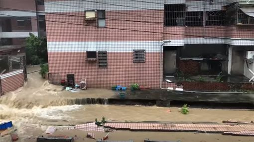 高雄豪雨狂灌…大樓圍牆倒塌畫面曝光!住戶:太可怕了爆料公社