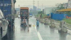 廣東,公路,塞車,瓦斯爐,煮麵(圖/翻攝自微博)