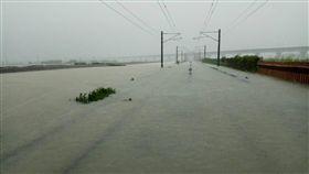k316+900-k317+200淹水狀況(圖/台鐵提供)
