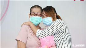 胡女(右)表達對胡媽媽(左)的感謝。(圖/童綜合醫院提供)