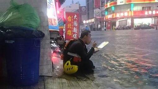 崑山科大附近義警消蹲坐路旁吃便當。(圖/翻攝自台南諸事會社臉書)