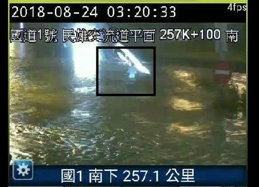 太扯了!颱風級暴雨淹民雄 車滅頂「駕駛跳車」游泳求生圖翻攝自爆料公社