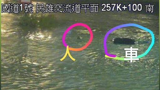太扯了!颱風級暴雨淹民雄 車滅頂「駕駛跳車」游泳求生 圖翻攝自爆料公社