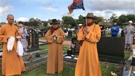 海濤法師在英國紐卡索墓園燒香供佛(擷取自生命電視台 Live直播)
