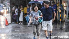 大雨、下雨、雷雨、梅雨、午後雷陣雨、撐傘。 (圖/記者林敬旻攝)