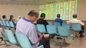 台股開低走低台北股市25日開低走低,收盤跌29.60點,為10965.79點,跌幅0.27%,成交金額新台幣1224.92億元。中央社記者董俊志攝 107年7月25日