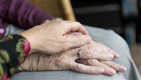 老人家手、老奶奶示意圖/pixabay