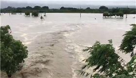 暴雨下不停!嘉義台南交界八掌溪溢堤畫面曝光 圖/翻攝畫面