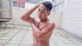 裸男用大雨洗澡/臉書爆廢公社