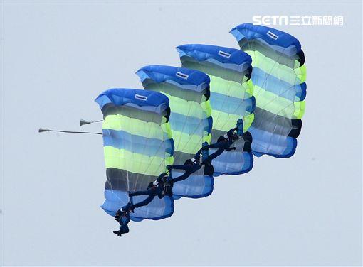 陸軍神龍小組是一支專業的部隊,實施高空特技跳傘表演,展現英姿,完成新傘具汰換4人接力、4人疊傘。(記者邱榮吉/攝影)